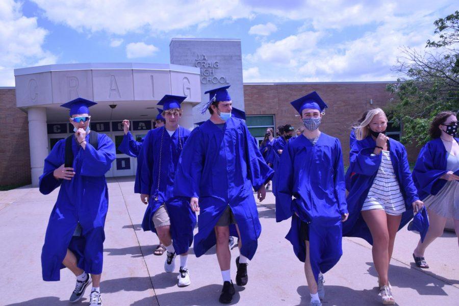 Grad+Walk+2021%3A+Seniors+visit+elementary+schools